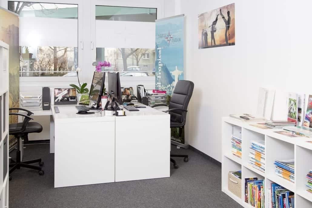 Büroplatz mit zwei Tischen und Fenster