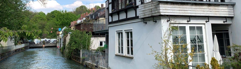 Ein Kanal mit einem Haus an der Seite im Fokus.