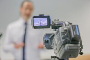Blick auf Kameradisplay mit Präsentator im Bild.